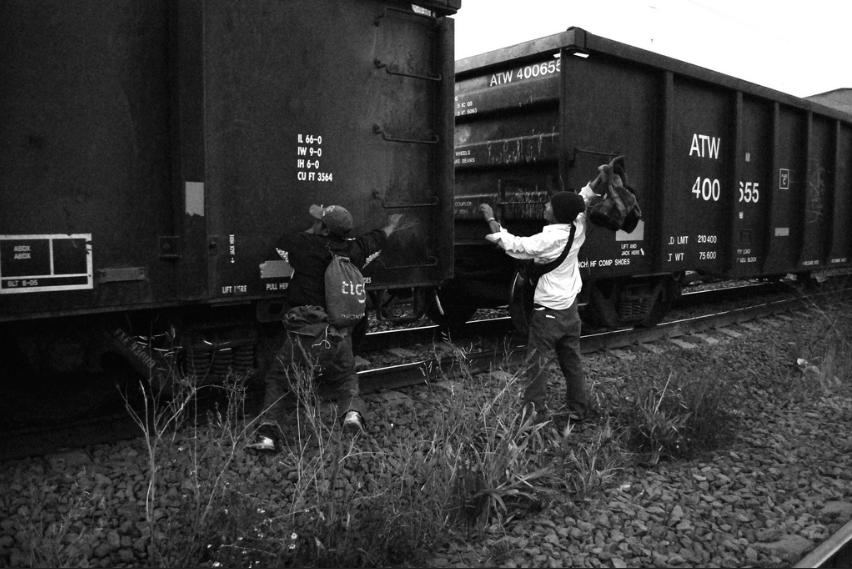 Des migrants centre-américains tentent de monter à bord du train, dans la municipalité de Tutlitlan, Etat de Mexico. Crédits photo : Enrique Pérez Huerta / Flickr CC