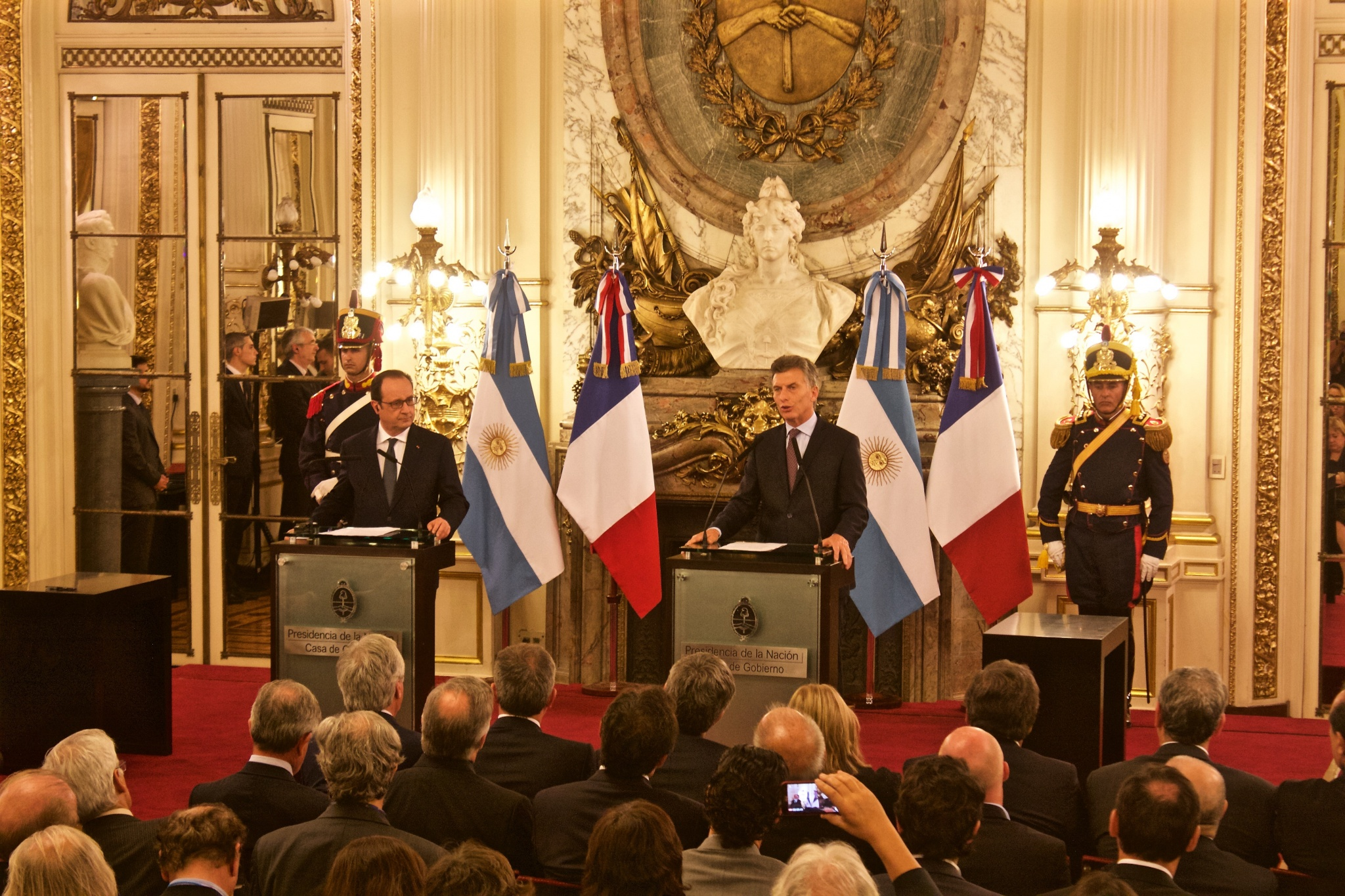 Mauricio Macri lors de son discours à la Casa Rosada (palais présidentiel argentin) pour la venue de François Hollande, dans lequel il évoque notamment « la lutte conjointe de la France et l'Argentine, pour les droits de l'homme ». Crédit photo: Justine Perez.
