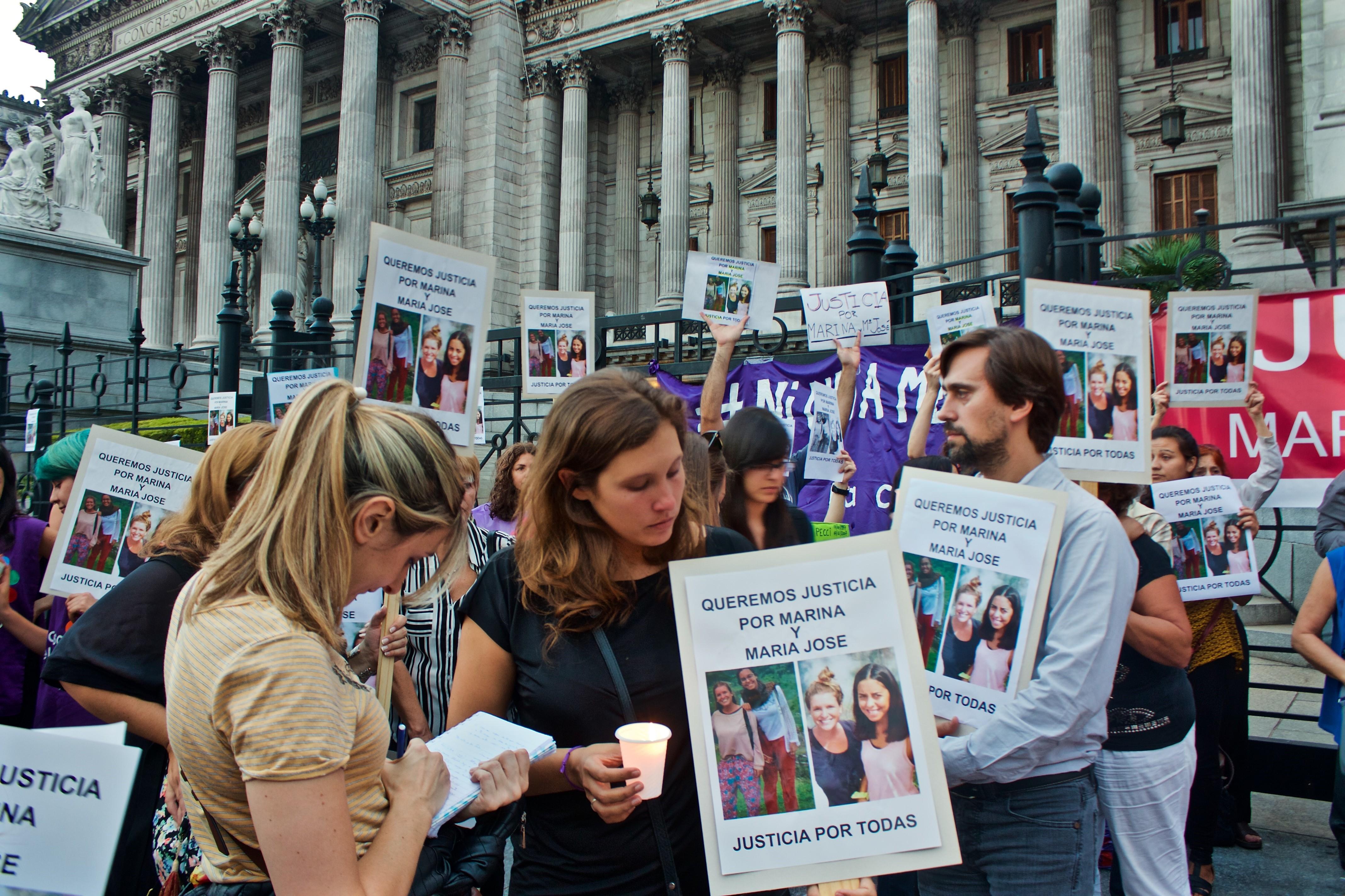 Vanesa Lijdens, cousine de l'une des victimes, interrogée par une journaliste locale, lors du rassemblement en hommage aux deux jeunes femmes organisé le 8 mars 2016. Crédits photo : Justine Perez.