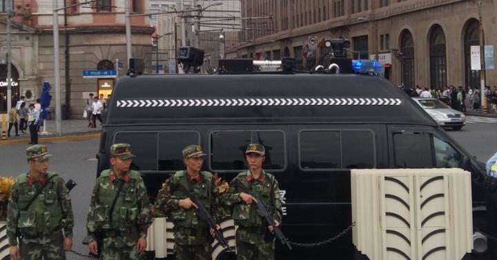 Soldats en faction sur le Bund à Shanghai, 30 septembre 2015- Crédit photo : Grégoire Giret