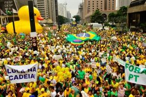 Manifestation « pour » la procédure d'impeachment contre la présidente Dilma Rousseff, le 13 mars 2016 à Sao Paulo. On peut y lire « Lula en prison ! » et « Dehors le PT (NDLR Parti des Travailleurs)». Crédit photo : Rovena Rosa / Agência Brasil