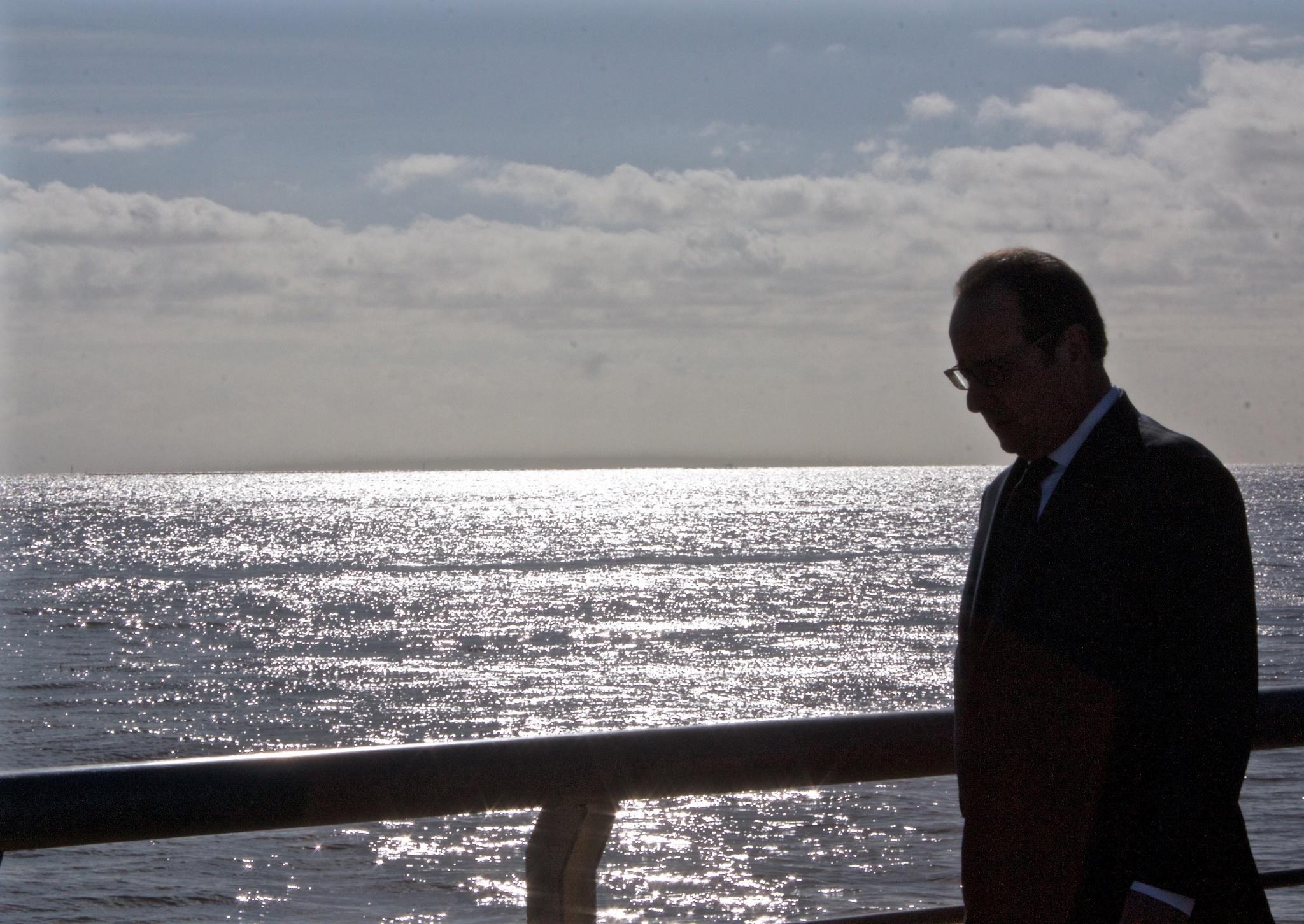 François Hollande lors de la visite du parc de la Mémoire, sur les rives du Rio de la Plata. Crédit photo : Justine Perez.