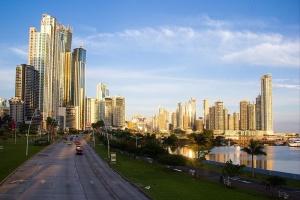 Cinta Costera, dans la ville de Panamá, capitale du pays du même nom. Crédit photo : Ayaita - Creative Commons