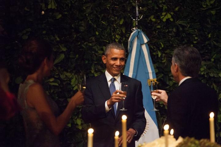 Juliana Awada, première dame argentine, Barack Obama et Mauricio Macri trinquent lors d'un cocktail privé au Centre culturel Kirchner - Crédits : Casa Rosada / Wikimedia Commons.