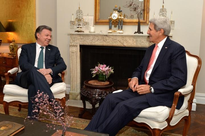 Le secrétaire d'Etat américain John Kerry rencontrait le Président colombien Juan Manuel Santos aux Nations-Unies à New York en octobre 2015. Crédit photo : Département d'Etat américain / Wikimedia Commons