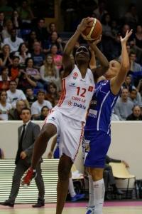 Villeneuve d'Ascq et Basket Landes (ici lors d'un match de championnat en 2013) étaient cette année opposées en demi-finale de l'Eurocoupe - Crédit photo : Pierre-Yves Beaudoin, Wikimedia Commons