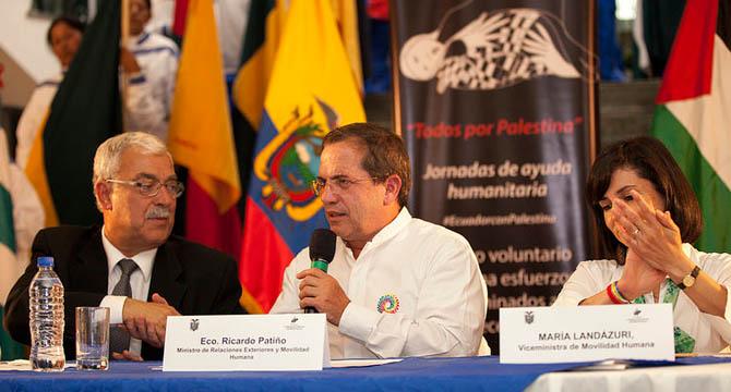 Le ministre des affaires étrangères Ricardo Patiño en compagnie de l'ambassadeur palestinien Hani Remawi – Crédit photo : Ministère des affaires étrangères équatorien