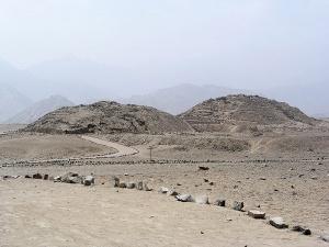 Vestiges de pyramides de la civilisation de Caral  Crédits : Håkan Svensson Xauxa (Creative Commons)