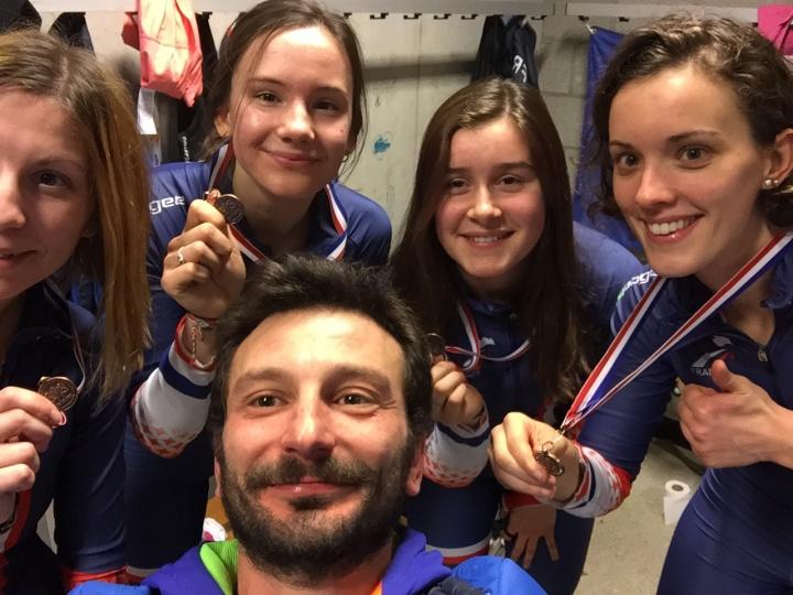Ludovic Mathieu entouré du relais féminin qui avait la 3e place lors de la Coupe du Monde 2015 de Dordrecht (Pays-Bas) - Crédit photo : Ludovic Mathieu