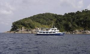 Bateau de plongeurs au large des îles Similan - Crédit photo : Hanumanix, Wikimedia Commons