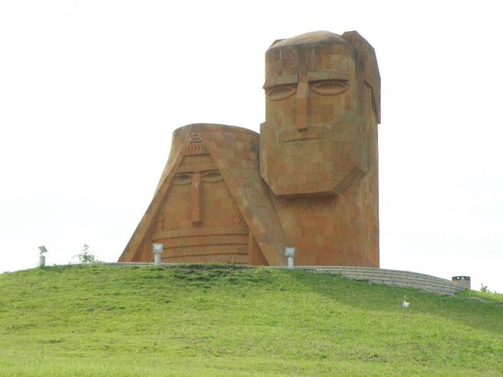 sculpture monumentale à Stepanakert de 1967 symbolise l'identité arménienne du Nagorno-Karabakh