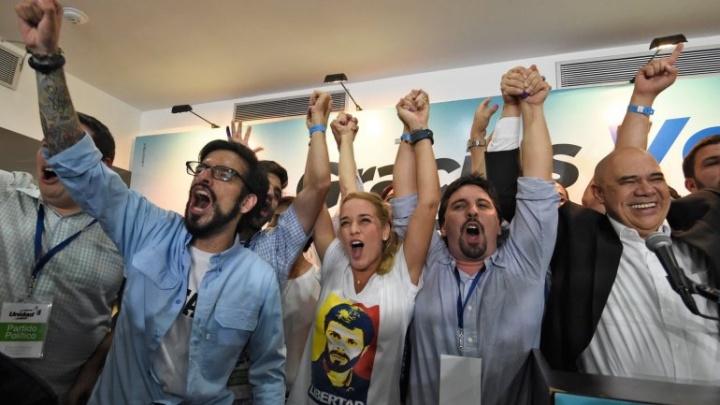 Des militants de la MUD célébrèrent la victoire de décembre 2015 – Wikimedia Commons