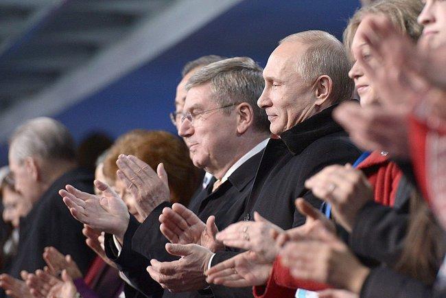 Thomas Bach à la droite du président Poutine pendant la cérémonie d'ouverture des Jeux olympiques d'hiver de 2014 à Sotchi. - Wikimedia Commons
