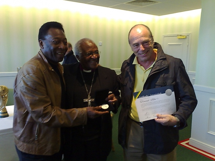 """Pelé, Jose Carneiro, PDG de l'Hôpital Petit Prince, et Desmond Tutu remettant la médaille """"Objectifs de vie"""""""