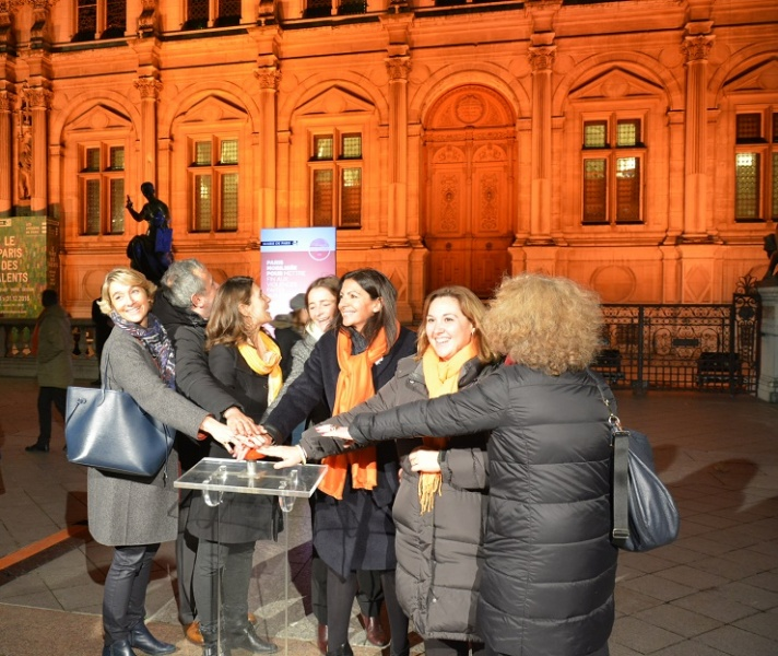 Illumination de l'Hotel de Ville aux couleurs de la campagne Onu Femmes avec Anne Hidalgo - Crédit photo : Stéphanie Petit