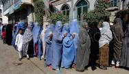 Les femmes afghanes font la queue au bureau de vote pour les élections parlementaires, en septembre 2010.