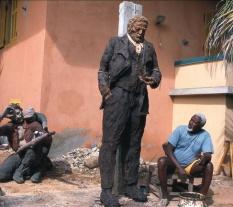"""Ousmane Sow, (né en 1935) sculpteur sénégalais, devant """"Victor Hugo"""", une de ses oeuvres réalisée en 2002, et """"Gavroche"""". Dakar (Sénégal)."""